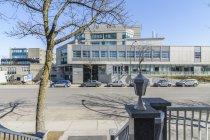 Face à l'Institut de cardiologie de Montréal (entrée rue Viau)